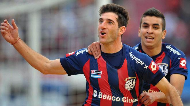 Ignacio Piatti celebrando un gol de San Lorenzo. De fondo, Ángel Correa.