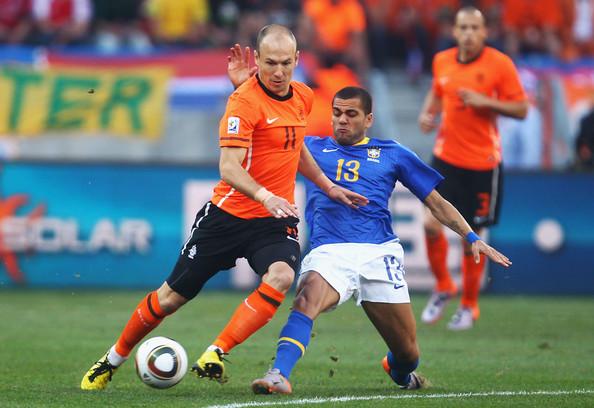 Arjen Roben y Dani Alves se verán de nuevo las caras en una Copa del Mundo