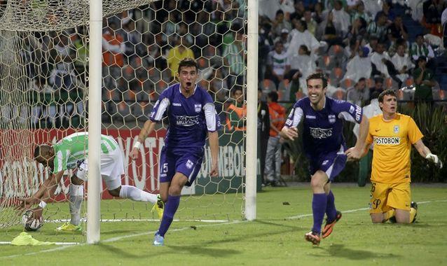 Leonardo Pais, del Defensor Sporting, celebrando su gol en cuartos de final ante Atlético Nacional.