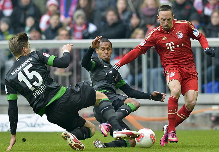 Franck Ribery (der) estará de regreso en la alineación del campeón del fútbol alemán