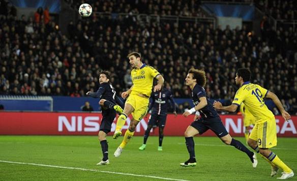 Ivanovic anotando el tanto del Chelsea en París. Un defensor acostumbrado a marcar de cabeza.