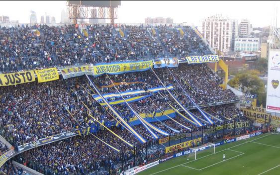 Los aficionados de Boca Juniors alientan sin parar durante todo el partido.
