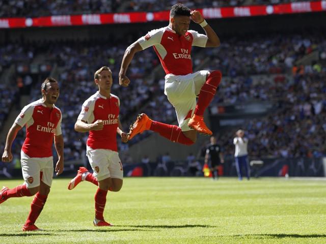 Alex Oxlade-Chamberlain, celebrando su gol que le dió el título de la FA Community Shield al Arsenal. De fondo, lo acompañan Nacho Monreal y Santi Cazorla.